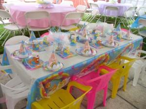 preparación de mesa de cumpleaños